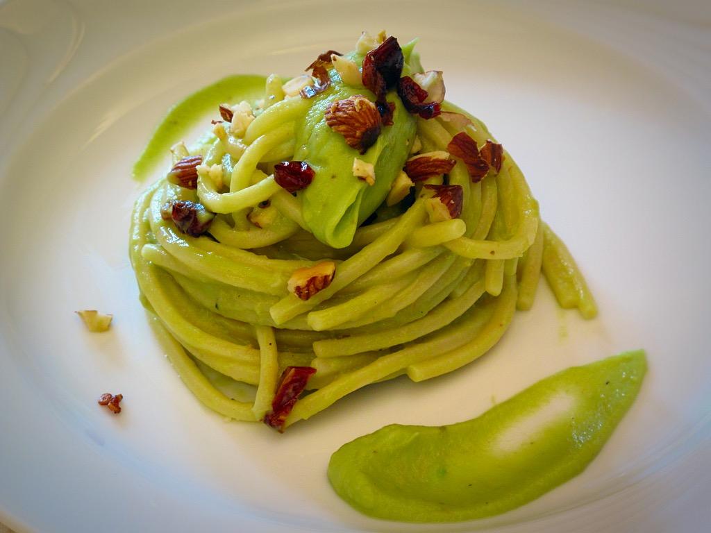 Spaghetti con avocado, mandorle e pomodorini secchi